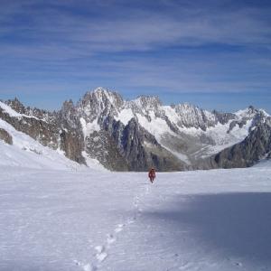 Fußspuren im Schnee, im Hintgrund ein Gebirge